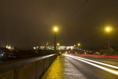 Costruzioni del castello di Praga e st Vitus Cathedral alla notte nell'inverno dall'altro lato di un ponte Immagine Stock Libera da Diritti