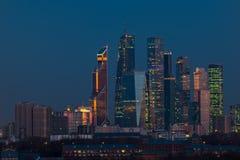 Costruzioni del complesso della città di Mosca dei grattacieli alla sera a Mosca Fotografia Stock Libera da Diritti