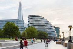 Costruzioni del comune e del coccio con la gente a Londra Fotografia Stock Libera da Diritti