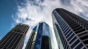 Costruzioni del grattacielo con il lasso di tempo commovente delle nuvole archivi video
