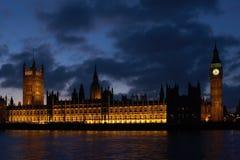 Costruzioni del Parlamento con la grande torretta di divieto Fotografia Stock