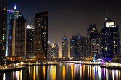 Costruzioni del porticciolo del Dubai alla notte Immagini Stock Libere da Diritti