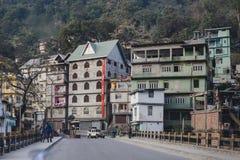 Costruzioni del villaggio nella città nel sideway vicino a Bagdogra Darjeeling, India immagini stock