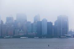 Costruzioni dell'isola di Manhattan sotto la nebbia Immagine Stock Libera da Diritti