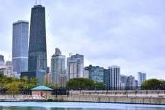 Costruzioni della città di Chicago dal lago michigan Immagine Stock Libera da Diritti
