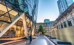 Costruzioni della città di Londra su una bella sera di estate fotografia stock