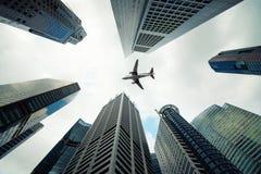 Costruzioni della città di Singapore e un volo piano sopraelevato nella mattina fotografia stock libera da diritti