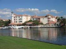 Costruzioni della località di soggiorno di vacanza & lago 9 immagine stock libera da diritti