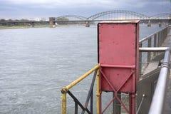 Costruzioni della nave sull'argine immagine stock