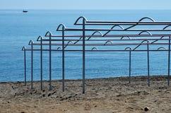 Costruzioni della tenda di Sun sulla spiaggia Immagine Stock