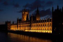 Costruzioni della vista BRITANNICA di sera di Londra del Parlamento Immagine Stock Libera da Diritti