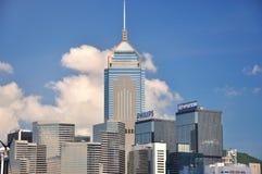 Costruzioni di affari di Hong Kong sotto cielo blu Immagine Stock
