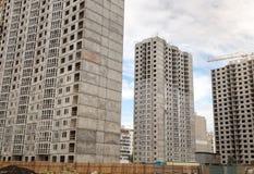 Costruzioni di alta vita in costruzione sopra cielo blu Fotografia Stock