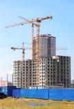 Costruzioni di appartamento alte in costruzione con le gru contro Immagine Stock Libera da Diritti