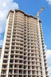 Costruzioni di appartamento alte in costruzione con le gru contro Immagine Stock