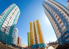 Costruzioni di appartamento alte in costruzione contro un cielo blu b Immagini Stock