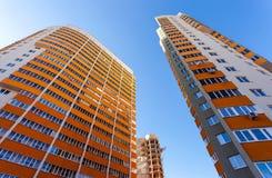 Costruzioni di appartamento alte sopra cielo blu Fotografia Stock Libera da Diritti