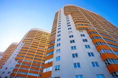 Costruzioni di appartamento alte sopra cielo blu Immagine Stock Libera da Diritti