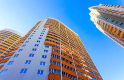 Costruzioni di appartamento alte sopra cielo blu Immagini Stock Libere da Diritti