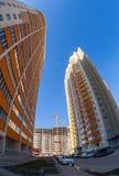 Costruzioni di appartamento alte sul fondo del cielo blu Immagini Stock Libere da Diritti