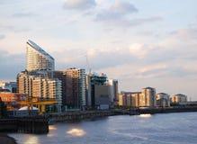 Costruzioni di appartamento della riva del fiume Fotografie Stock Libere da Diritti