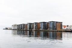 Costruzioni di appartamento a Hasseloy, nella città di Haugesund, la Norvegia fotografie stock