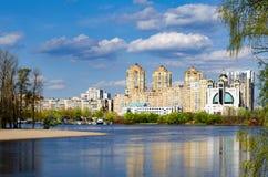 Costruzioni di appartamento moderne su una sponda del fiume Immagine Stock