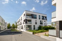 Costruzioni di appartamento moderne in una zona residenziale verde nella città fotografia stock libera da diritti