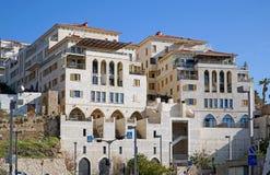 Costruzioni di appartamento moderne in vecchio porto di Giaffa immagine stock