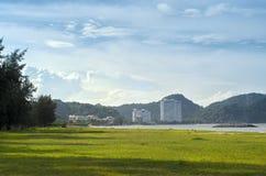Costruzioni di appartamento operate al parco neaby del litorale con verde Fotografia Stock