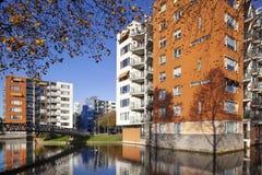 Costruzioni di appartamento residenziali in autunno immagini stock libere da diritti