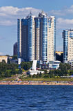 Costruzioni di appartamento sul quay Fotografie Stock Libere da Diritti