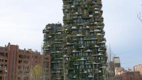 Costruzioni di appartamento verticali della foresta a Milano, Italia stock footage
