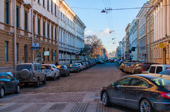 Costruzioni di architettura classica nella via con le automobili moderne ed il cielo Fotografia Stock Libera da Diritti