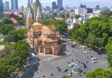 Costruzioni di bellezza della basilica della cattedrale di Notre-Dame di vista aerea Fotografie Stock Libere da Diritti
