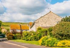 Costruzioni di casa di campagna inglesi tipiche, vicino alla strada con shar Fotografie Stock Libere da Diritti