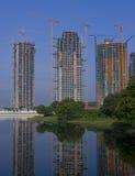 Costruzioni di Highrise con le gru a torre Fotografie Stock Libere da Diritti