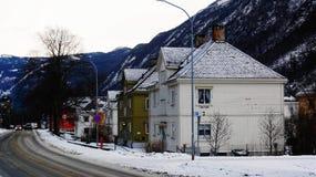 Costruzioni di legno nell'inverno vicino alla strada Fotografie Stock