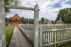 Costruzioni di legno di un luogo di smercio canadese della pelliccia verso il 1890 Immagini Stock