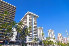 Costruzioni di lungomare della spiaggia di Waikiki sotto cielo blu tropicale, Hawai, U.S.A. Immagini Stock