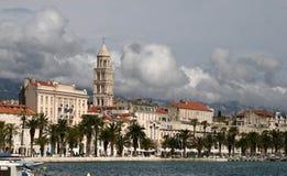 Costruzioni di lungomare, spaccatura, Croazia fotografia stock libera da diritti
