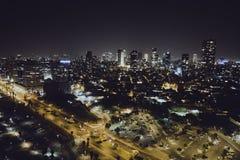 Costruzioni di lusso nei grattacieli residenziali del telefono Aviv Luxury a Tel Aviv Vista superiore della strada nella città di immagini stock libere da diritti