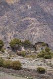 Costruzioni di pietra tradizionali nel villaggio di Muktinath nell'area superiore del mustang fotografie stock libere da diritti