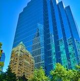 Costruzioni di riflessione della città nella costruzione glasshaped del grattacielo Fotografia Stock Libera da Diritti