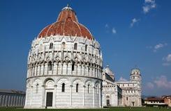 Costruzioni di rinascita e torre pendente di Pisa fotografia stock libera da diritti