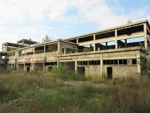 Costruzioni di vecchie industrie rotte ed abbandonate in città di Banja Luka - 1 Fotografie Stock Libere da Diritti