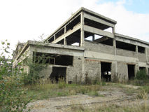 Costruzioni di vecchie industrie rotte ed abbandonate in città di Banja Luka - 3 Fotografie Stock