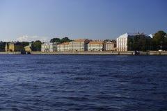 Costruzioni di vecchie risorse dell'alloggio sulla sponda del fiume di Neva, St Peter Immagine Stock