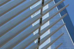 Costruzioni di vetro del Newyorkese di prospettiva della via Fotografia Stock Libera da Diritti