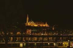 Costruzioni dorate di Budapest fotografia stock